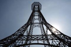 Estructura de acero de la torre en el fondo del cielo azul tan alto y alto fotografía de archivo