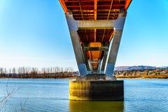 Estructura de acero y concreta del puente de la misión sobre Fraser River en la carretera 11 entre Abbotsford y la misión Imágenes de archivo libres de regalías