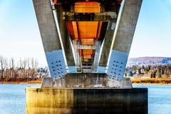 Estructura de acero y concreta del puente de la misión sobre Fraser River en la carretera 11 entre Abbotsford y la misión Fotos de archivo libres de regalías