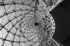 Estructura de cristal de acero de la fachada del giro moderno del detalle de la arquitectura Imagen de archivo