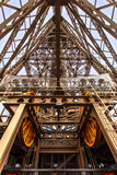 Estructura de elevador de la torre Eiffel Foto de archivo
