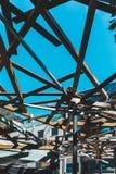 Estructura de la arquitectura con madera de debajo fotografía de archivo