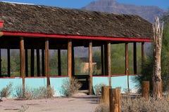 Estructura de madera abierta abandonada con el tejado de la tabla del cedro fotografía de archivo libre de regalías