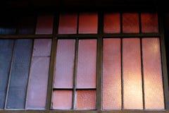 Estructura de madera de la fachada vieja de Windows imagen de archivo