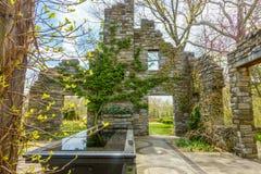 Estructura de piedra en el jardín imagenes de archivo