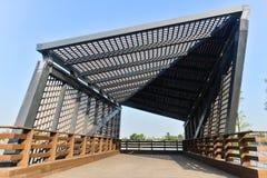 Estructura de tejado moderna de la arquitectura en jardín público imágenes de archivo libres de regalías
