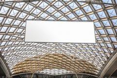 Estructura de tejado moderna de la arquitectura y cartelera en blanco fotografía de archivo libre de regalías