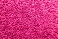 Estructura de una alfombra mullida brillante del rosa imagenes de archivo