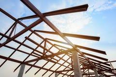 Estructura del bastidor de acero del tejado para la construcción de edificios en el cielo b Fotografía de archivo