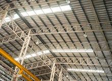 Estructura del braguero de la fábrica con el tejado translúcido imagenes de archivo