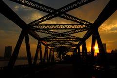 Estructura del hierro de la ciudad - líneas del puente - Shangai ocultada Fotos de archivo