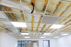 Estructura del techo suspendido e instalación del tablero de yeso del techo fotografía de archivo libre de regalías