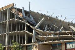 Estructura destruida, los pisos quebrados de un edificio alto imágenes de archivo libres de regalías