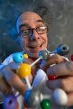 Estructura divertida de la tenencia del científico de las moléculas modelo fotografía de archivo libre de regalías