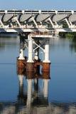 Estructura moderna del puente sobre superficie del agua Imagen de archivo libre de regalías