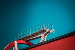 Estructura que se zambulle abandonada del metal Elementos de acero industriales y de los deportes icónicos de la arquitectura, bl imagen de archivo libre de regalías