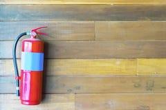 Estructura segura del extintor es un suplemento sólido a la familia imagen de archivo