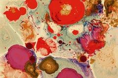 Estructura superficial de colores líquidos Flotación orgánica de las formas Manchas que flotan en la superficie, creando una estr Imagen de archivo