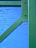 Estructura verde en una pared azul Fotografía de archivo libre de regalías