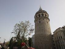 Estructuras arquitectónicas alrededor del primer de la torre de Galata imagen de archivo libre de regalías