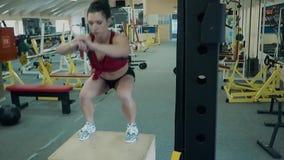 Estructuras atl?ticas de la chica joven sus m?sculos de la pierna, realizando saltos en el encintado almacen de metraje de vídeo