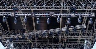Estructuras de la iluminación del metal en la etapa del concierto imagen de archivo libre de regalías