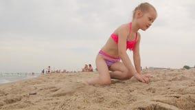 Estructuras de la niña fuera de la arena metrajes