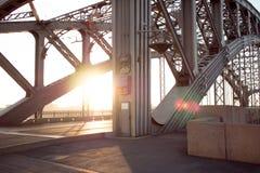 Estructuras del metal del puente a través del río Prolongados bragueros de acero Imagen de archivo