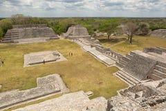 Estructuras mayas en Edzna México imagen de archivo