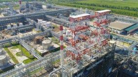 Estrutura alta no território da companhia do gás com tanques filme