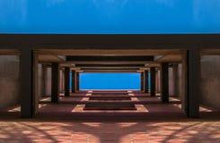 Estrutura arquitetónica da construção minimalista contra o céu fotos de stock