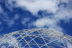 Estrutura branca do globo e céu azul Foto de Stock Royalty Free