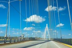 Estrutura branca maravilhosa da ponte sobre o céu azul claro Mauricio Baez Bridge, uma ponte cabo-ficada perto de San Pedro de fotos de stock royalty free
