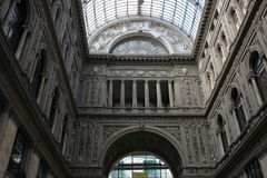 Estrutura clássica da alvenaria da fachada do shopping em Napoli imagem de stock