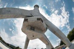 Estrutura concreta enorme - raspador do céu em uma nuvem branca bonita Imagem de Stock Royalty Free