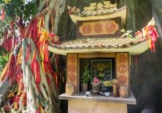 Estrutura da oração Um templo pequeno Uma árvore do desejo Ásia a adoração dos espírito Fotos de Stock