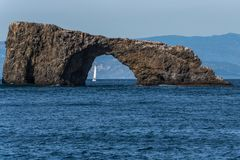 A estrutura da rocha fornece a janela ao continente fotografia de stock