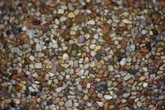 A estrutura das pedras para o fundo pedras coloridas no concreto, construção para a poupança de tela imagens de stock
