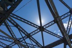 Estrutura de apoio aérea do metal de um brigde de aço foto de stock royalty free