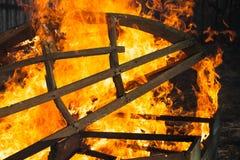 Estrutura de madeira ardente, fogueira exterior fotografia de stock royalty free
