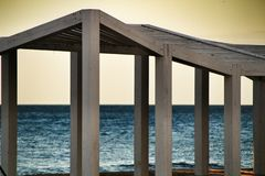 Estrutura de madeira branca na praia foto de stock royalty free