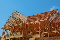 estrutura de madeira da casa residencial nova sob a construção imagem de stock