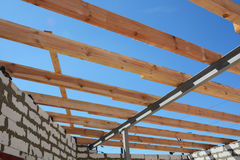 A estrutura de madeira da construção Construção de quadro de madeira Construção de madeira do telhado foto de stock royalty free