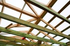 A estrutura de madeira da construção Construção de quadro de madeira Construção de madeira do telhado foto para a casa Edifício d foto de stock