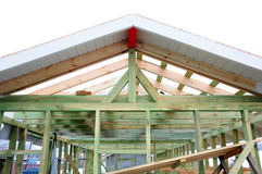 A estrutura de madeira da construção Construção de quadro de madeira Construção de madeira do telhado foto para a casa Edifício d fotografia de stock