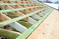 A estrutura de madeira da construção Construção de quadro de madeira Construção de madeira do telhado foto para a casa Edifício d imagem de stock
