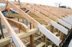 A estrutura de madeira da construção Construção do telhado Construção de madeira da casa de quadro do telhado imagem de stock