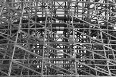 Estrutura de madeira do apoio da montanha russa fotos de stock royalty free