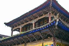 Estrutura de madeira do telhado chinês tradicional do pagode no monastério de Kumbum imagem de stock royalty free