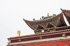 Estrutura de madeira do telhado chinês tradicional do pagode no monastério de Kumbum fotografia de stock
